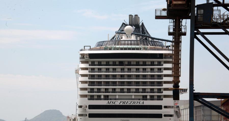 Já o navio Magnifica, em sua 14ª escala, atraca uma hora mais tarde, procedente de sete noites de Punta Del Este, Montevidéu e Buenos Aires.