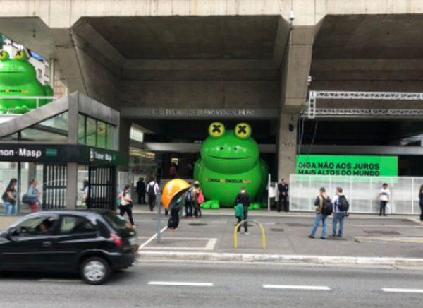 O sapo de 5 metros de altura foi inflado em frente à sede da federação, na avenida Paulista (região central de São Paulo)