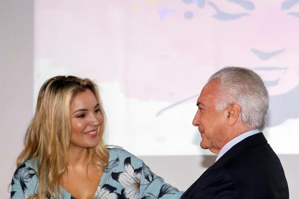 O presidente participou de um evento de homenagem às servidoras do Palácio do Planalto pelo Dia da Mulher ao lado da primeira dama, Marcela temer