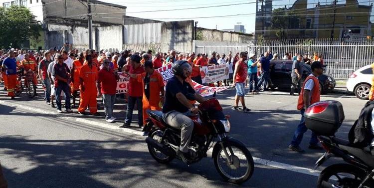 Os 3 mil estivadores avulsos e vinculados de Santos iniciaram greve de 24 horas, nesta segunda-feira (12)