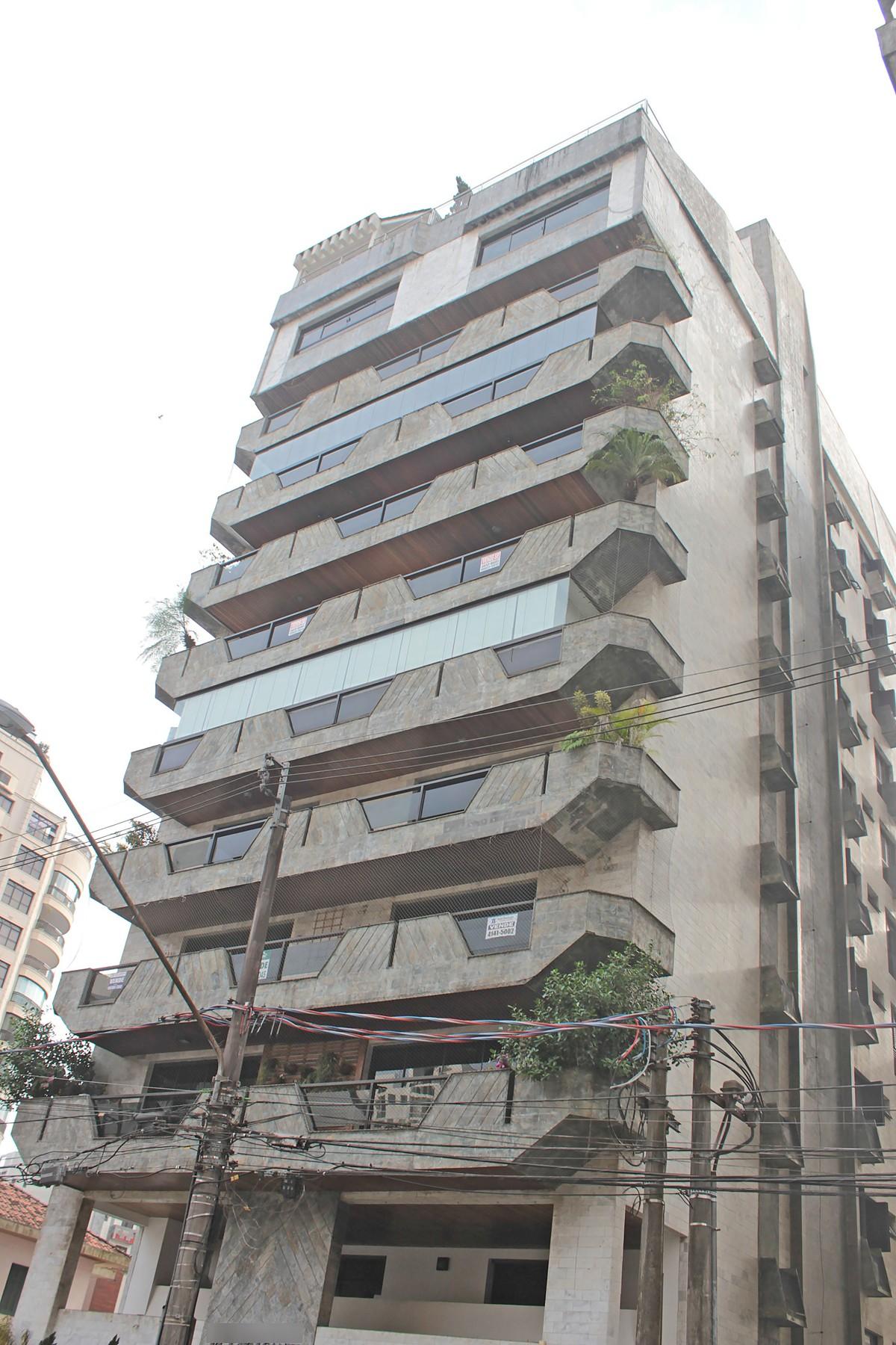 Condomínio na Rua Carolino Rodrigues, no Boqueirão, foi invadido por quadrilha na manhã de domingo (23); crime durou cerca de uma hora