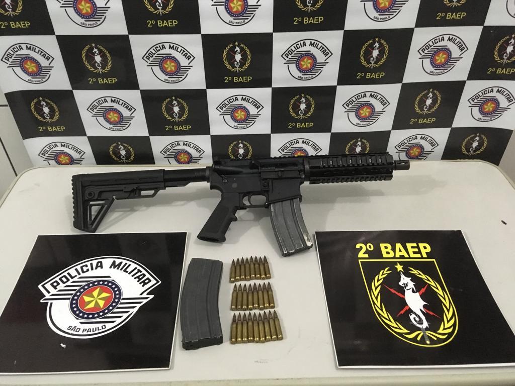 Fuzil Colt, calibre .223, e munições foram apreendidas dentro deste Fiat Strada furtado