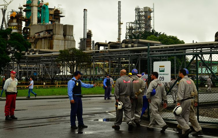 Gasolina nas refinarias custará R$ 2,1691 a partir de amanhã. Redução de 0,9%