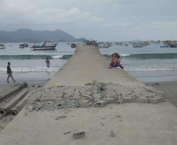 Mas a população resolveu desfazer o muro para continuar usando equipamento ainda em obras