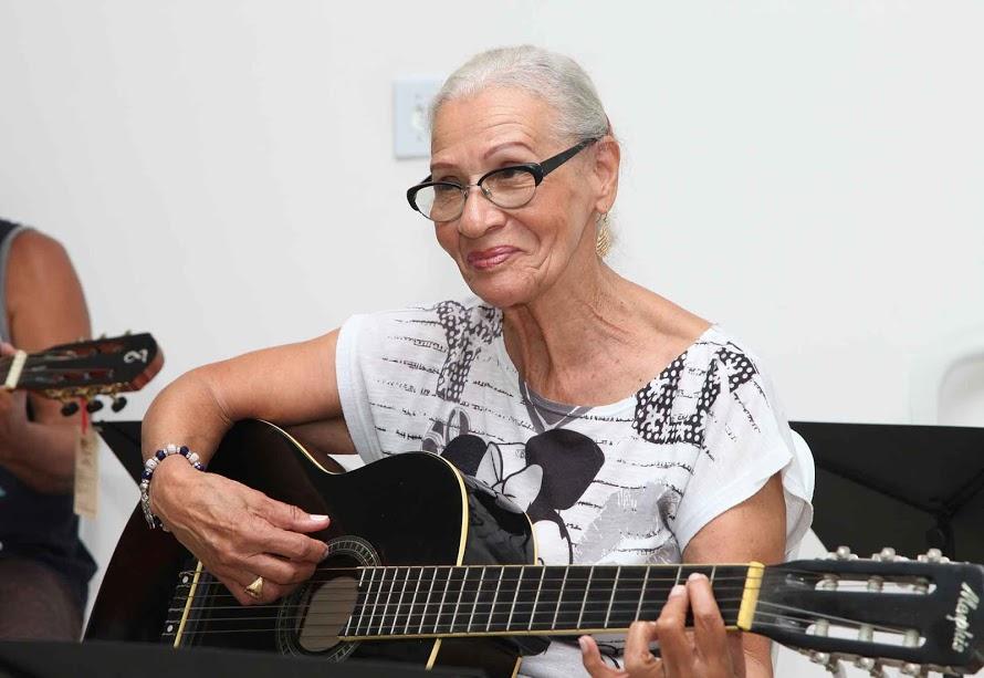 Aos 80 anos, moradora de morro consegue retomar aulas de