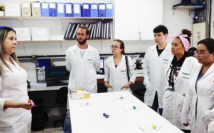 Futuros médicos visitam laboratório de análises clínicas Itapema Medicina Laboratorial, em Guarujá - Diário do Litoral