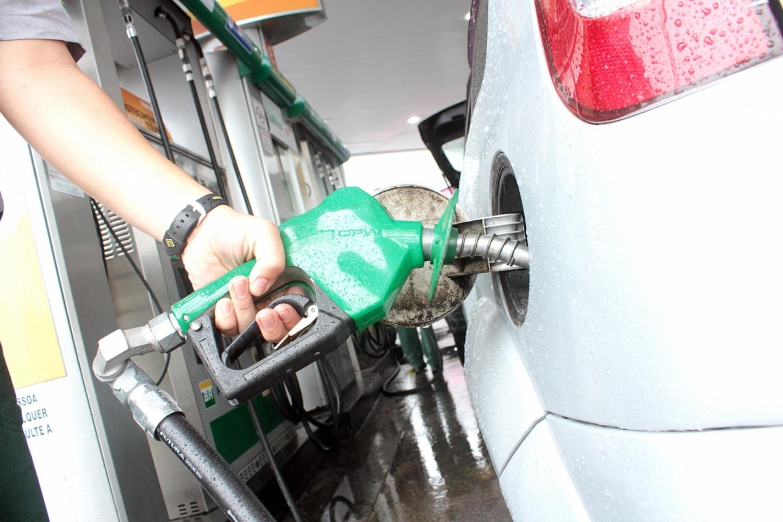 Especialistas acreditam que queda no preço do petróleo deve ...