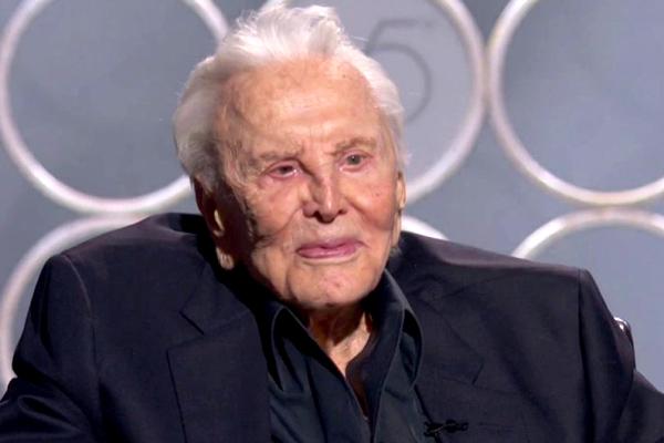 Aparição surpressa de Kirk Douglas, aos 101 anos, marcou a festa do Globo de Ouro (Reprodução/Frame)