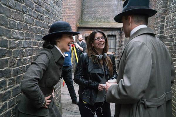 A atriz Gal Gadot, a diretora Patty Jenkins e o ator Chris Pine no set de Mulher Maravilha (Divulgação)