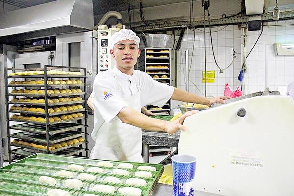 Matheus Felipe de Oliveira, 22 anos, entrou no supermercado como empacotador e hoje atua na padaria (Foto: Rodrigo Montaldi/DL)