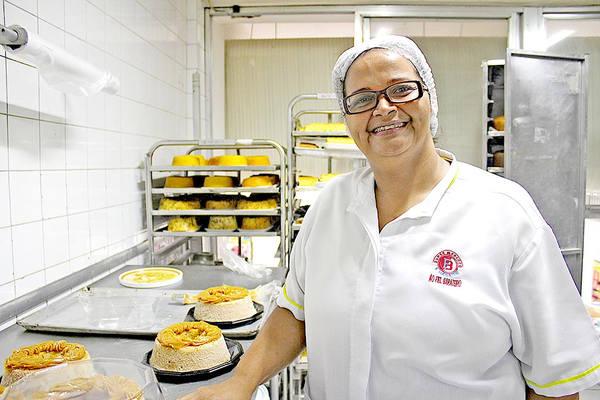 Patricia Pinto de Castilho, de 42 anos, teve 50% da faculdade de nutrição financiada pelo dono do comércio (Foto: Rodrigo Montaldi/DL)