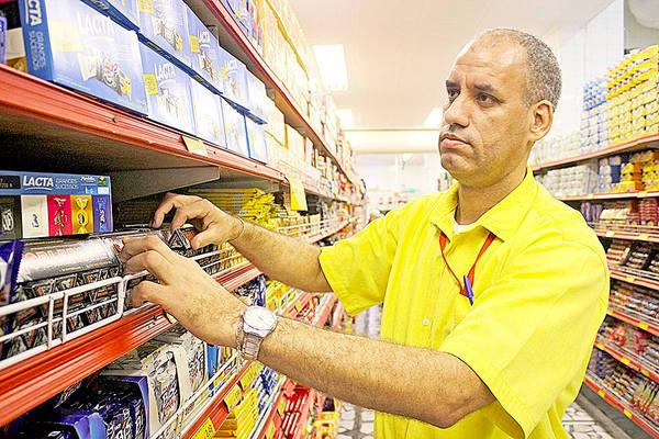Geraldo Guedes, encarregado de mercearia, reformou e ampliou a casa com a ajuda de Ulisses (Foto: Rodrigo Montaldi/DL)