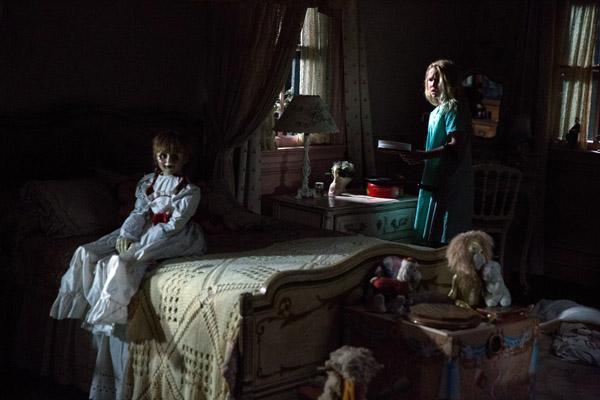 Em Annabelle 2 – A Criação do Mal, após a morte de sua filha, um fabricante de bonecas e sua esposa abrigam uma freira e meninas de um orfanato em sua casa (Divulgação)