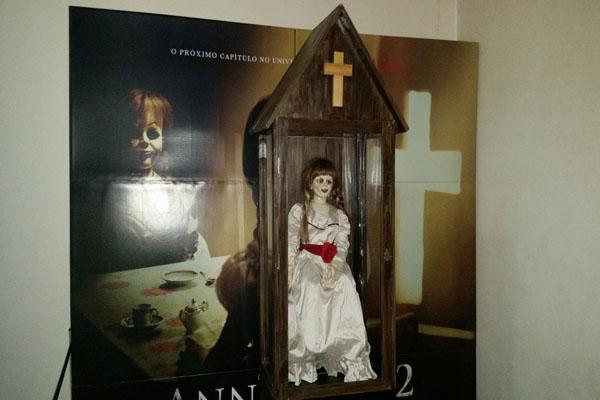 Boneca Annabelle em exposição no Roxy 5, em agosto (Foto: Bárbara Farias)