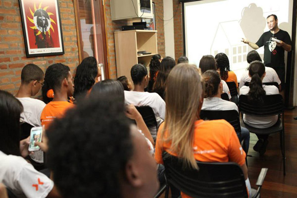 O Cine Comunidade, idealizado pelo jornalista André Azenha e realizado pela Secult Santos, já fez 103 sessões em 26 espaços de Santos (Foto: Divulgação)